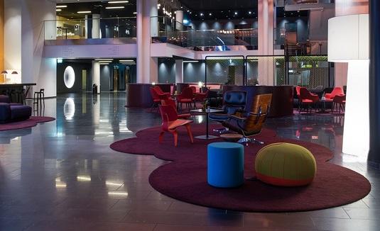 Handtuftad specialdesignad matta på Quality Globe Hotel.