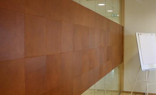 Läderplattor fästa på vägg på Einar Mattssons kontor.
