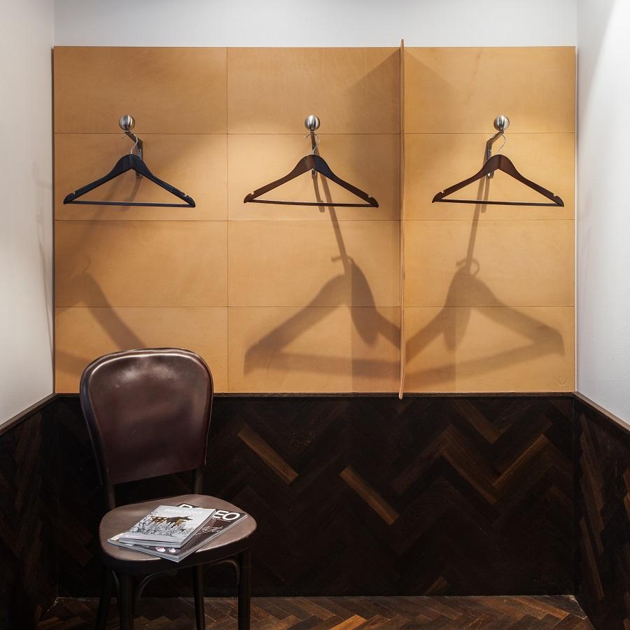 Läderplattor fästa på vägg i hotellrum på Miss Clara Hotel.