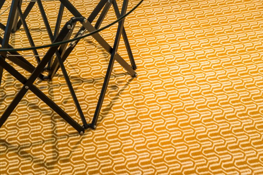 Handvävd matta Alba i gul färgställning.
