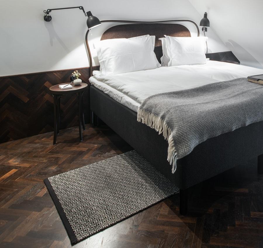 Handvävd matta Ariel i svartvit färgställning.
