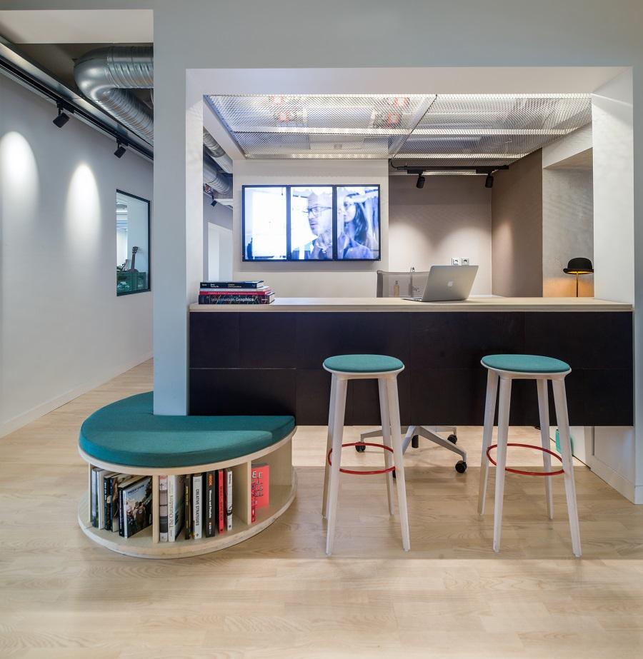 Läderplattor fästa på receptionsdisk hos HowCom.