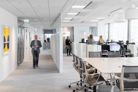 Heltäckande textila plattor Textiles i beige färgställning på Magnoras kontor.