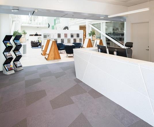 Heltäckande textila plattor Textiles i grå färgställning på Strängbetongs kontor.
