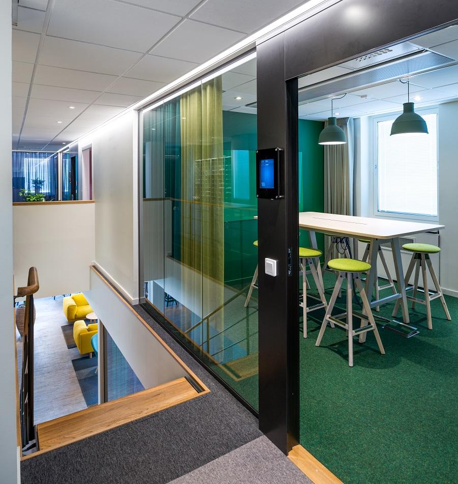 Matta Tretford i mötesrum och textil platta Tivoli i gångstråkenpå TCOs kontor, projekt av Tema.