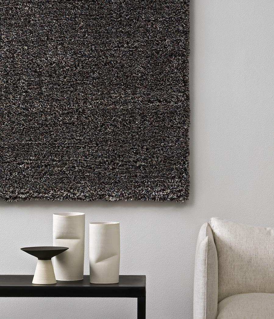 Handtuftad matta Orion monterad på vägg, från Ogeborg Design Collection.