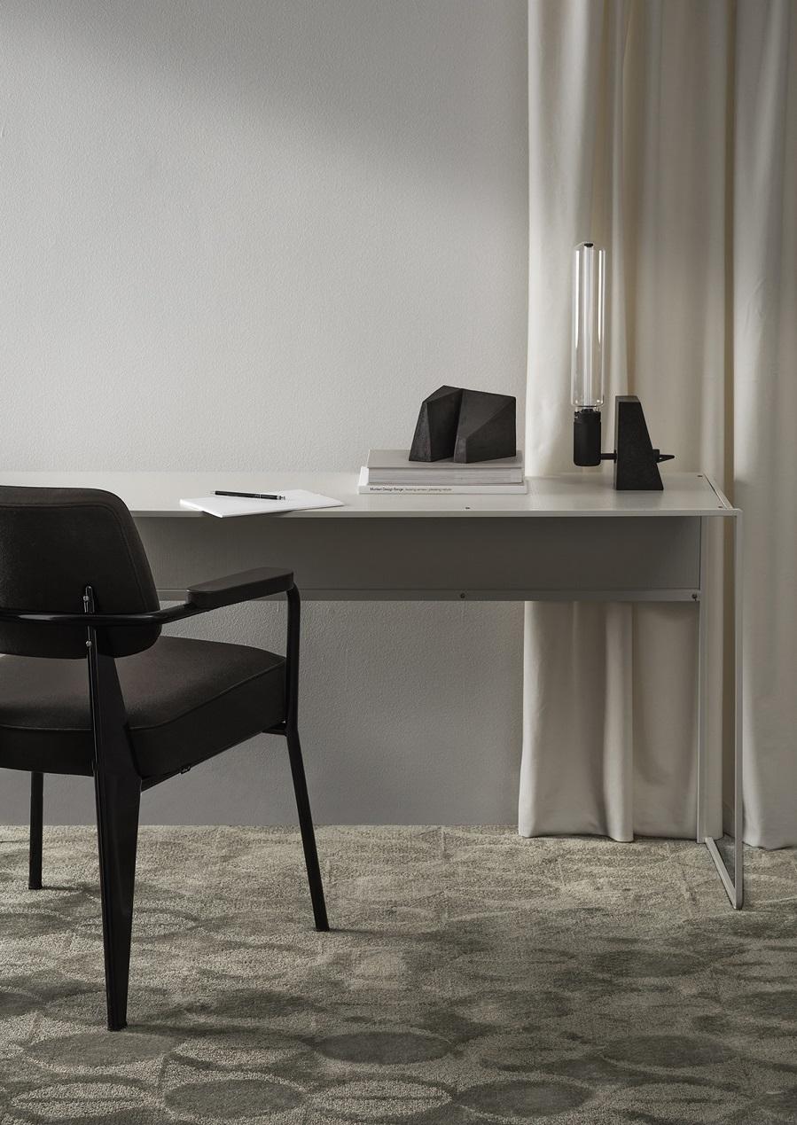 Handtuftad matta Aster Vintage under kontorsbord, från Ogeborg Design Collection.