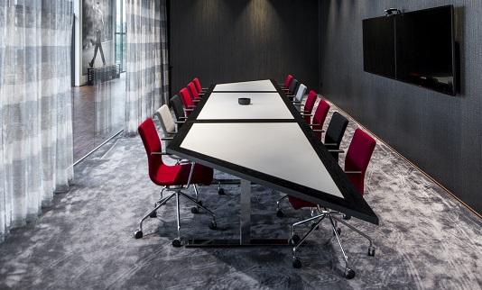 Heltäckande matta Frame Superior 1064 på Dormys kontor i mötesrum, projekt av Kajenn Design & Inredning.