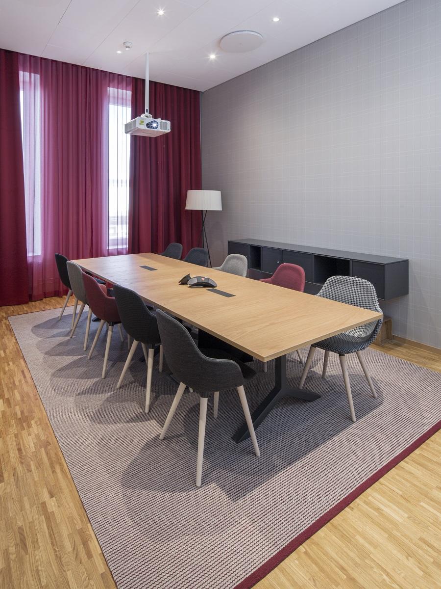 Handvävd matta Embla under mötesbord på SEB, projekt av Wingårdhs.
