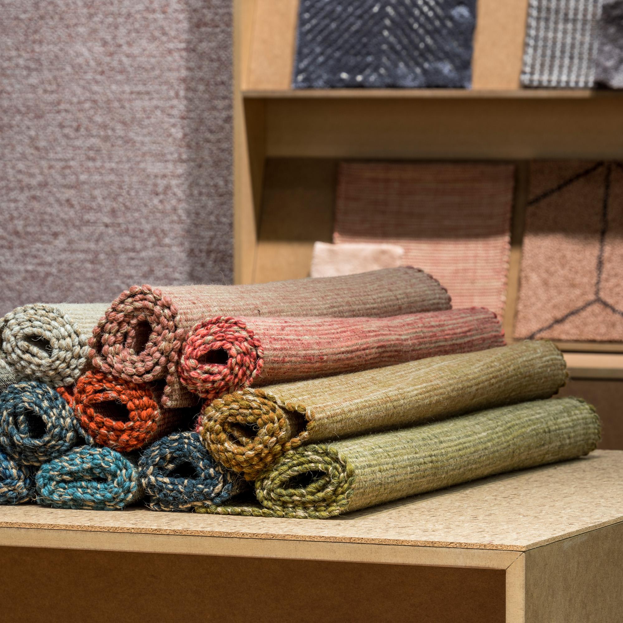 Handvävd matta Canvas från Ogeborg Design Collection ihoprullade på bord.