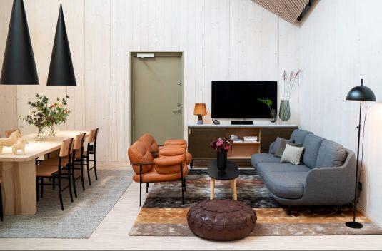 Handtuftad matta från Ogeborg Design Collection under soffgrupp i Arlandas VIP lounge, projekt av Tengbom.