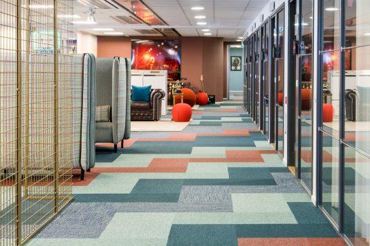 Textila plattor Tivoli och Infinity på TV4 Bonnier Broadcasting, projekt av Spectrum Arkitekter.