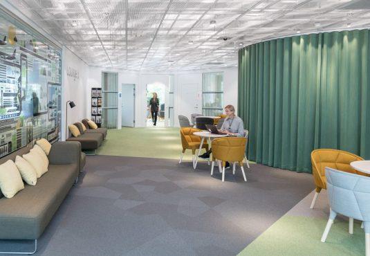 Heltäckande textil platta Textiles partition i korridor på Swedavias kontor, projekt av Tema Arkitekter.