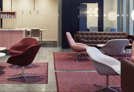 Handvävda mattor i lounge på Nordeas kontor, projekt av Thomas Eriksson Arkitekter.
