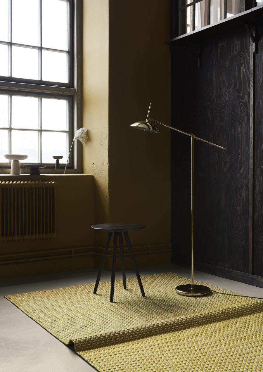 Handvävd matta Luna från Ogeborg Design Collection bord och lampa på..