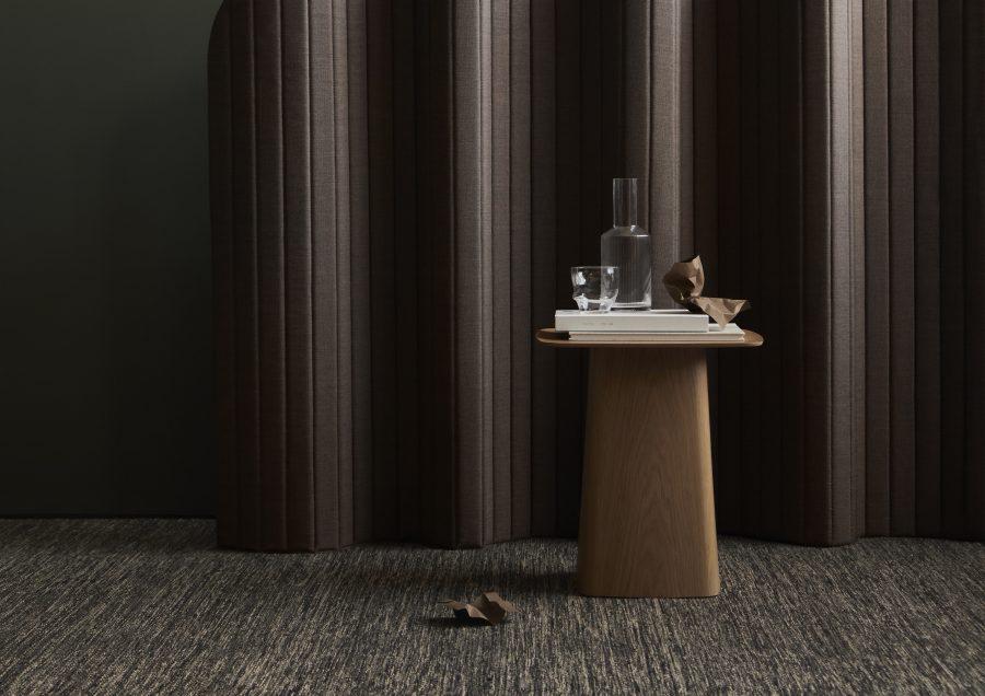 Handvävd matta Lyra Mix från Ogeborg Design Collection under träbord.