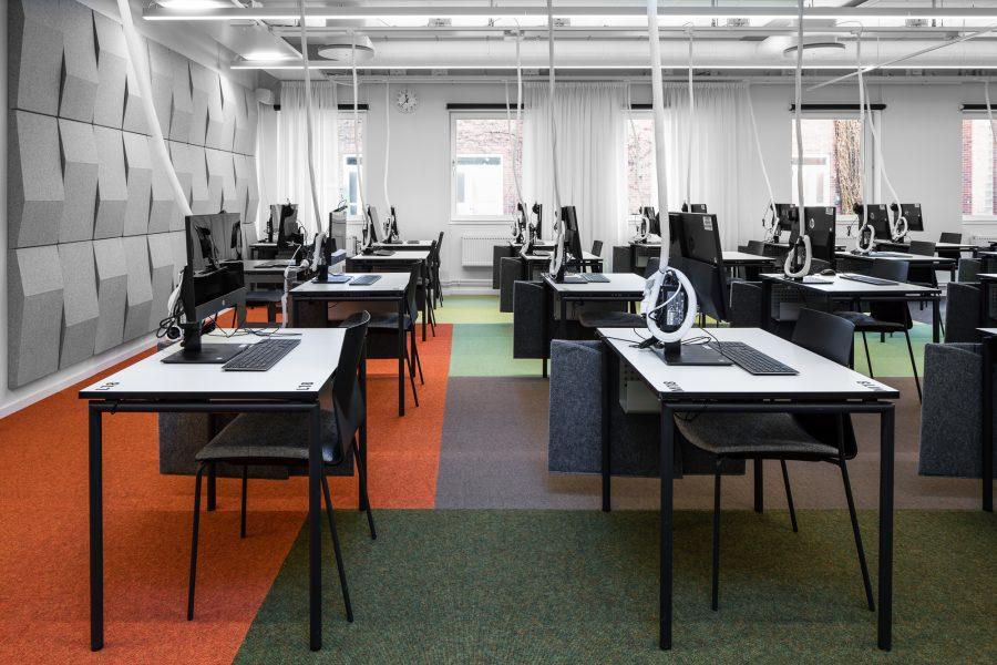 Heltäckande matta Tretford lagd i olika färgfält under skrivbord i Karolinska Skrivsal, Link Arkitektur.
